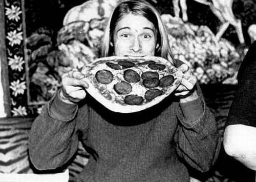 Friday Afternoon Pizza Party! Kurt_Cobain-eating_pizza-500x355